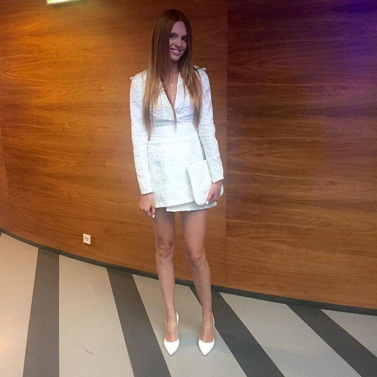 Katarzyna Burzyńska na konferencję prasową TVP wybrała białą sukienkę i torebkę. Całości stylizacji uzupełniła białymi lakierowanymi szpilkami zaprojektowanymi przez znanego projektanta Michała Szulca specjalnie dla firmy Wojas!