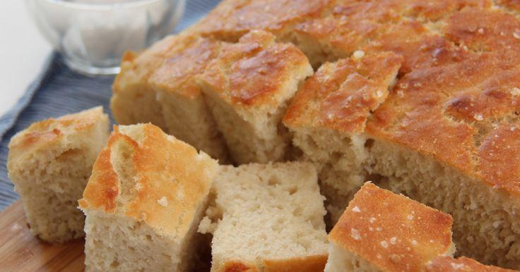 Focaccia er et italiensk brød som ofte serveres ved siden av supper og salater. Brødet har en sprø skorpe avolivenolje...