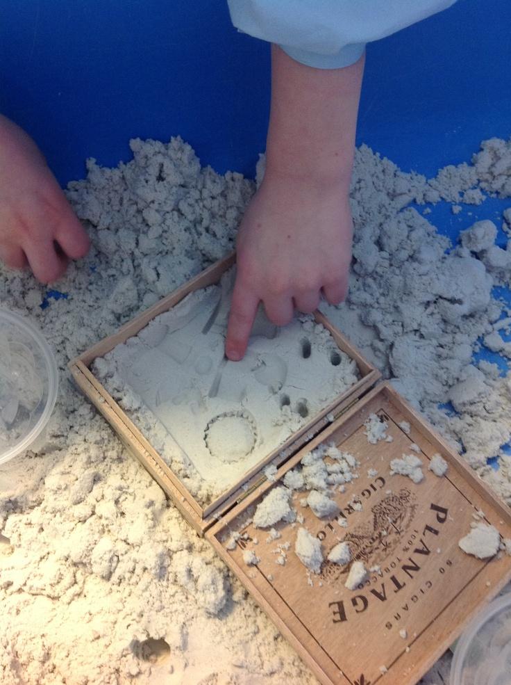 in zand klei voorwerpjes gedrukt en hier vervolgens gips in gegoten. Dan krijg je een heel maf tegeltje.