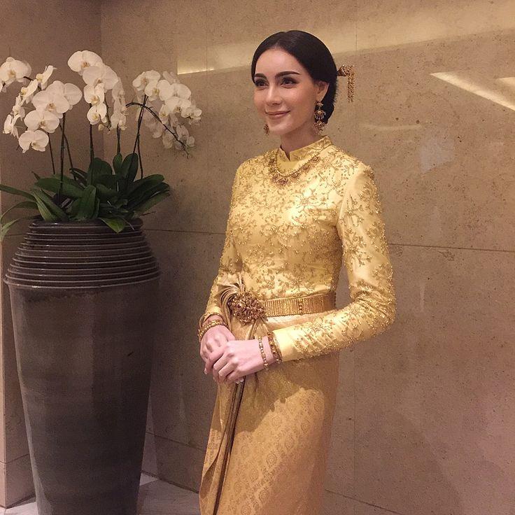 Milan Wedding Studio (@milanwedding) Instagram media 2017-09-03 02:04:39 น้องเซลิน่า เพียซ (ดาราสาวลูกครึ่งไทยอังกฤษ) สวมชุดไทยบรมพิมานสีทองในพิธีมงคลสมรสเช้านี้ค่ะ ขอแสดงความยินดีกับน้องเซและน้องโอ๊คด้วยนะคะ สวยสง่าเหมาะสมกันมากๆค่ะ #milanthaiweddingdress @seselinaaa @disayadej #เลื่อนรูปได้ค่ะ