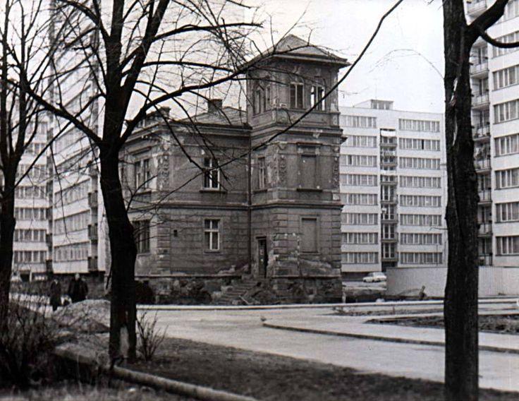 Poslední dům ze staré zástavby naproti Bezovce, než tam definitivně zvítězily paneláky. (c) Adalbert Kolínský
