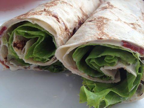 Wrap de presunto português cru, com patê de gorgonzola e salada de alface romana.