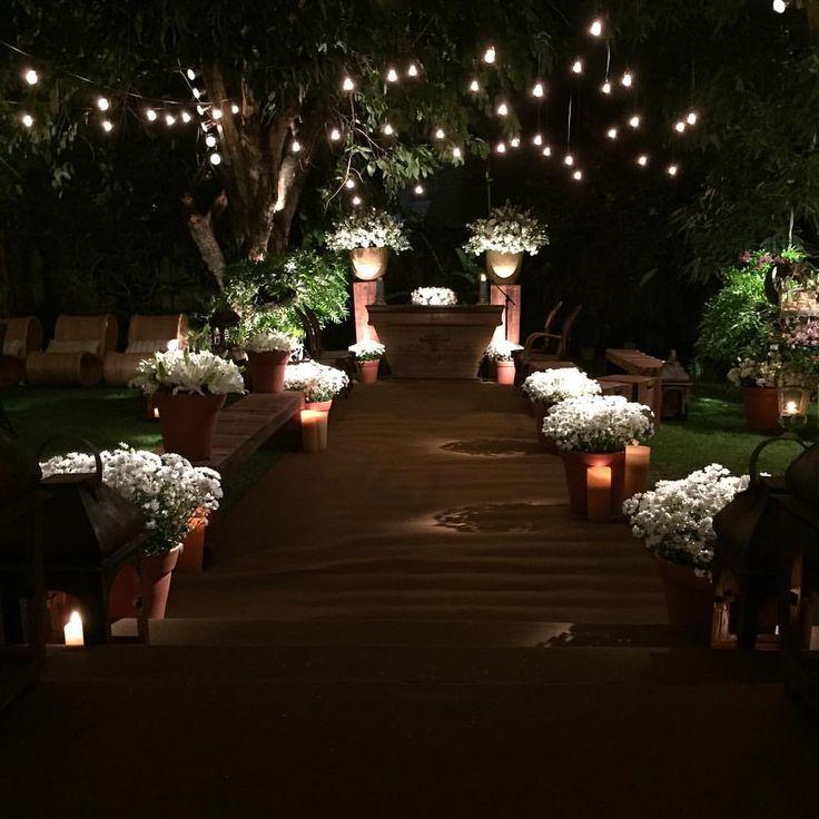 Tudo pronto para receber os noivos no jardim da residência dos pais da noiva!!! Assim foi o pedido da noiva!!! Entre as árvores foi criado um um ambiente para a celebração iluminada por bicos de luz suspensos nas árvores que deram um charme e um toque pessoal... #decor #decoraçao #candle #velas #flores #celebraçao #luz #lcasamento #residencia #noiva #bride #wedding #weddingdecor #weddinginspiration #eidersantos