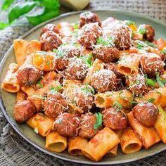 Υπέροχα, πεντανόστιμα κεφτεδάκια σε σάλτσα αραμπιάτα με ζυμαρικό ριγκατόνι. Μια εύκολη συνταγή (από εδώ) για ένα από τα καλύτερα γεύματα ζυμαρικών που μπορ