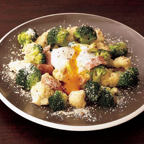 レタスクラブの簡単料理レシピ 炒めもの感覚で食べられるから男子ウケ◎「カリフラワーとブロッコリーの温シーザーサラダ」のレシピです。