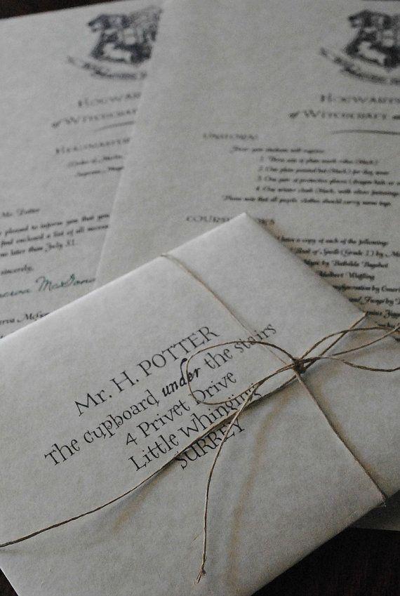 Este conjunto de 4 piezas incluye:  -Un sobre dirigido a su dirección personal o Harry Potter. Sellado con un sello de cera imitación cobre/oro de Hogwarts. -La carta de aceptación firmada por Prof. Minerva McGonagall, firmado en tinta Esmeralda -La lista de todo lo que se necesita en Hogwarts su primer año. Y 4 x 2 ticket para montar en expreso de Hogwarts. Por favor nota es menor que en la foto, para que quede en la envolvente de la carta de aceptación.  Las cartas y sobres están hecho...
