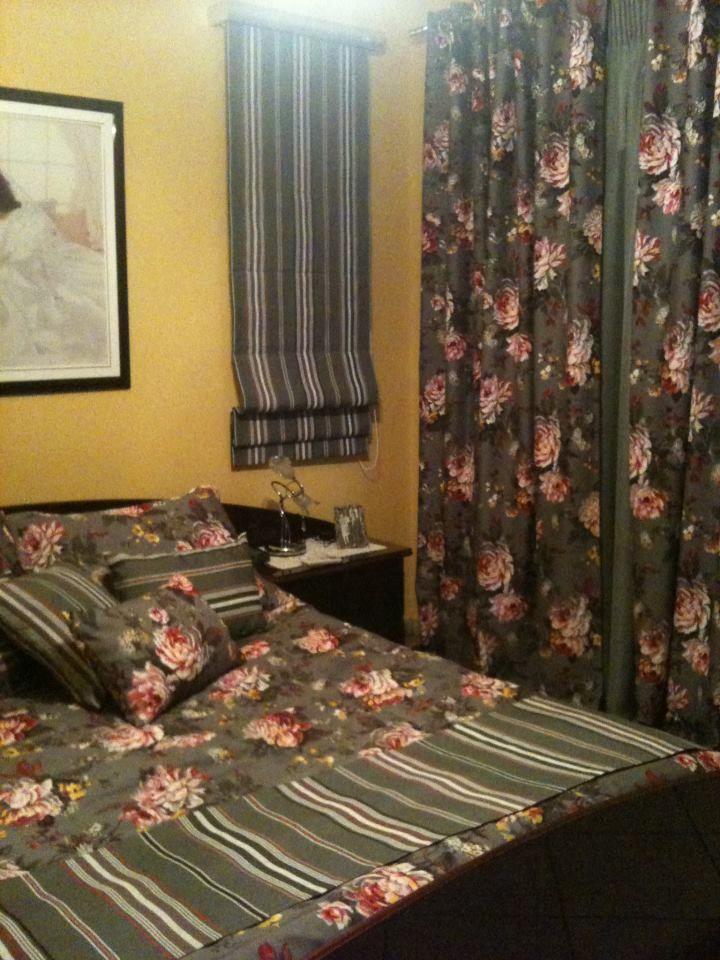Κουρτίνα και roman με λουλούδια για ένα όμορφο υπνοδωμάτιο...