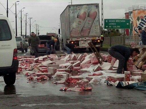 Vía @Talcahuano camión perdió su carga de cerveza en sector 4 esquinas siendo saqueada por distintas personas