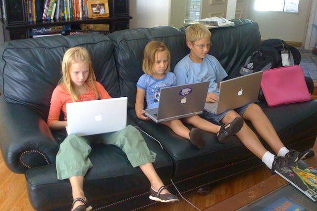 """Nikogo już nie dziwi, że dzieci mają konta na Facebooku. Moja koleżanka powiedziała ostatnio, że jej 9-letni syn poprosił ją o założenie konta na fejsie. Nieszczególnie ją to zdziwiło, bo takie prośby padały już wcześniej. """"Mamo, inni mają fejsa"""", """"Załóż mi konto, bez tego nie istnieje w szkole""""."""