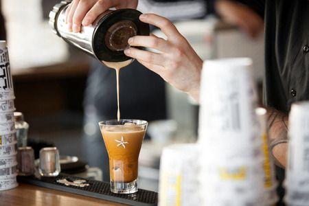Το DE-TOX είναι το concept που ξεχωρίζει για τον ανώτερο γευστικά και ποιοτικά καφέ του. Με τις πιο εκλεκτές πρώτες ύλες, τα καλύτερα χαρμάνια και πλήρη έλεγχο της παραγωγικής διαδικασίας! Ο καφές DE-TOX είναι από μόνος του ένας σημαντικός λόγος διασφάλισης υψηλής επισκεψιμότητας των καταστημάτων του δικτύου και ένας σίγουρος σταθμός πριν ή και μετά την παραλία.