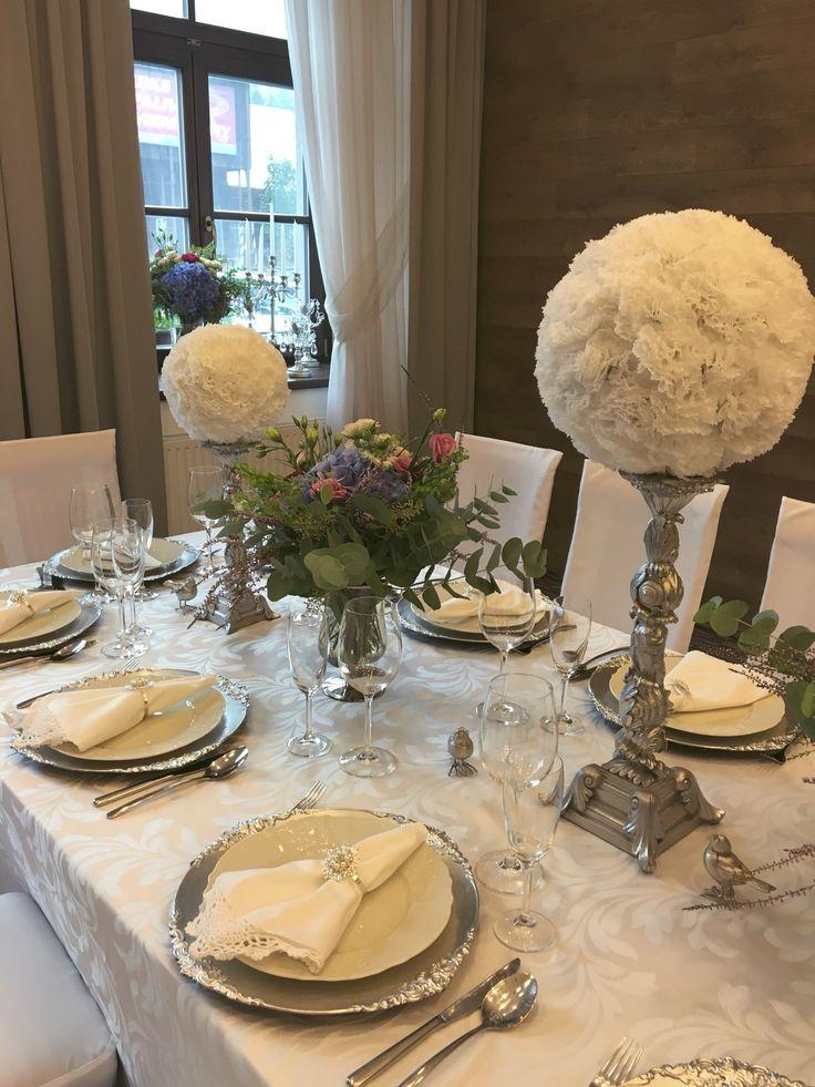 Svatební tabule v bílo-stříbrném provedení hotel Freud#wedding table with silver and white tones