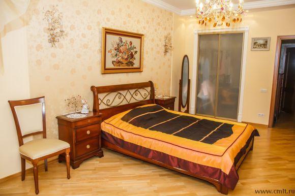 Светлая дамская спальня в элитной трехкомнатной квартире