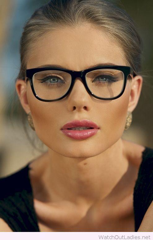 Você tem o rosto arredondado e não sabe que óculos combina mais com você   Confira aqui dicas e modelos incríveis de óculos de grau para rosto redondo! 6a08c2a75b
