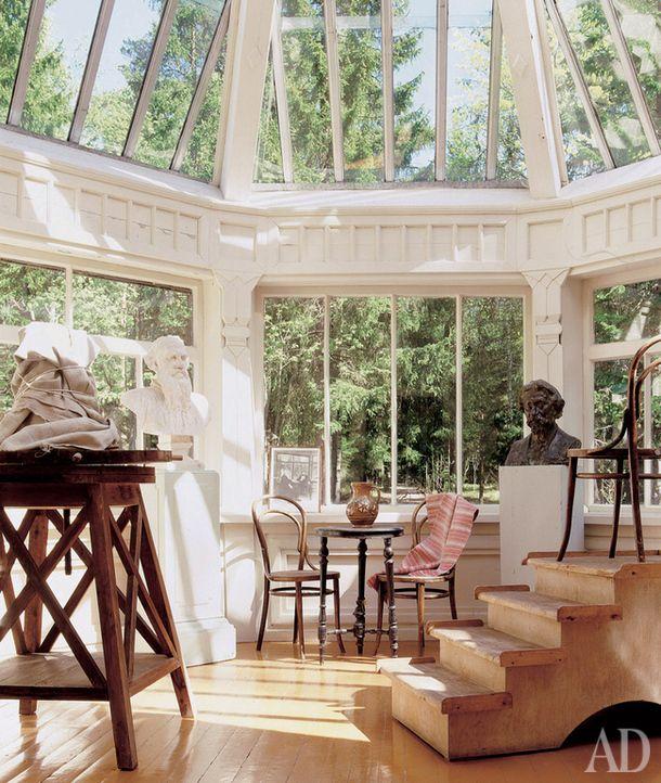 """Репин поселился в """"Пенатах"""" в 1899 году и первое время работал на восьмигранной веранде. Иногда он устраивал в этой комнате коллективные сеансы живописи со своими гостями-художниками."""