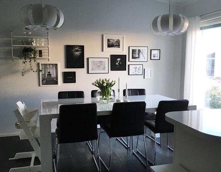 Runsas valikoima tauluja ruokailutilan seinällä tarjoaa mahdollisuuden vaihtuvalle taidenäyttelylle kodin arjen keskellä.