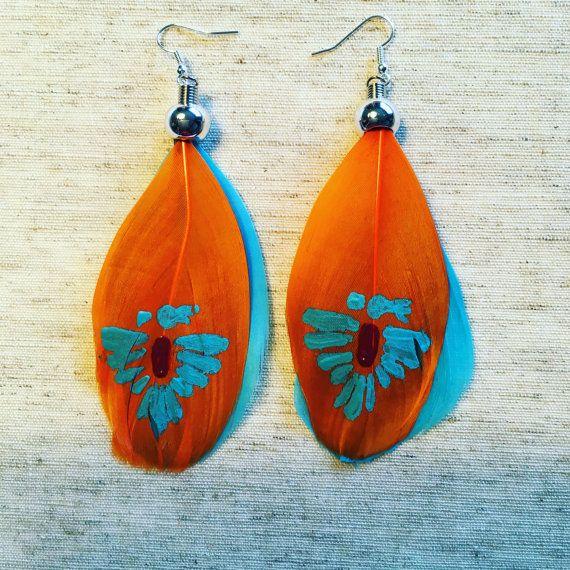Pendientes de plumas pintadas por janlitlfeather en Etsy