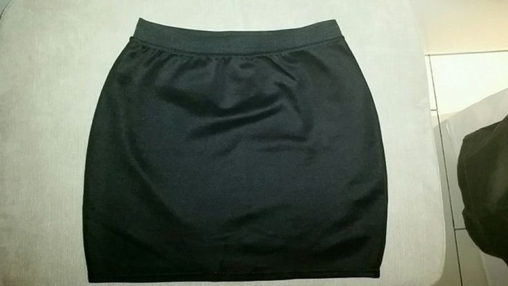 Jupe courte moulante noire tres tendance  Taille M  Mim Très bon état  #jupeoulante #jupenoire