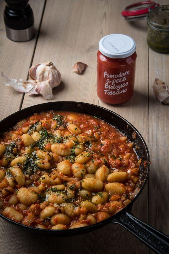 Snabb gnocchi med tomatconcassé och örter