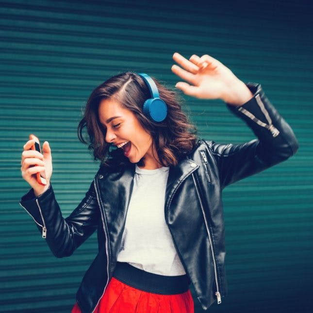 10 Ways Creative People Constantly Stay Inspired   Girl with headphones, Cool girl pictures, Girl photography