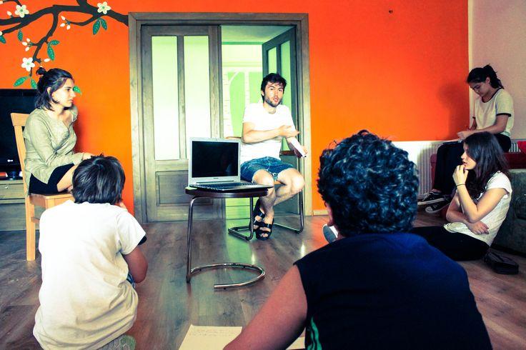 Atelierul de CONVERSATIE IN LIMBA ENGLEZA CU VORBITOR NATIV BRITANIC, pentru juniori, reincepe! Varsta 13 - 17 ani Sambata, 25 martie, ora 12.00 -14.00, lectie DEMO! Coordonator Nico Vaccari - regizor de teatru britanic. Asteptam inscrierile pana vineri ora 16.00 !  Locuri limitate! 0736 913 866 office@mara-study.ro