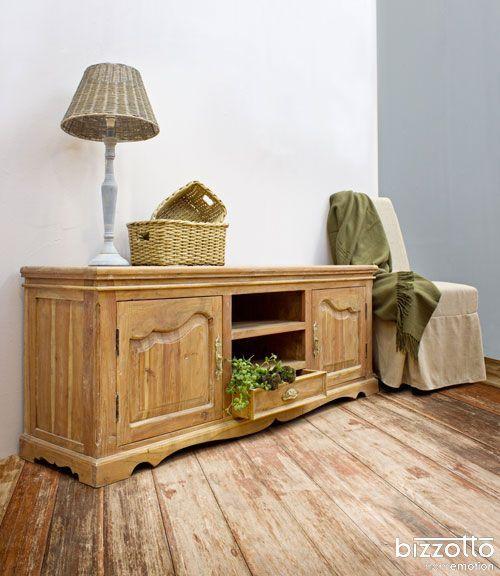 Il fascino dei vecchi mobili di campagna racchiuso in un mobile basso porta tv. Colore naturale, leggermente decapato #stilerustico #arredarecasa