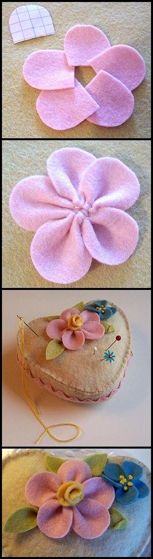 Preciosa y sencilla flor de fieltro, muy fácil de hacer si sigues estas explicaciones paso a paso. Para hacer la parte central de la flor, puedes enrollar dos trocitos de fieltro o coser varios pun…