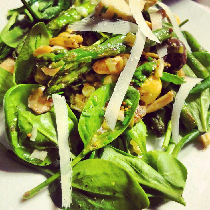 Een lekkere salade voor de herfst met wilde paddestoelen, asperges en artisjokken. Je zou de salade eventueel nog kunnen afwerken met feta, maar parmezaan is even lekker. Voor de paddestoelen kan je kiezen welke soorten je gebruikt. Ik vind shiitakes heel lekker! Maar ook hoorn des overvloeds en cantharellen zijn …