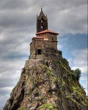 Capela de St Michael d Ainguilhe, em Puy Velay, na França.Foi construída no ano de 962 sobre uma pedra vulcânica, pelo Bispo Gothescalk no retorno de uma peregrinação para Santiago de Compostella.Em 1955, numa reforma, os trabalhadores encontraram muitas relíquias embaixo do altar.Em 1429 a mãe de Joana DArc, Isabella Romee esteve nessa igreja