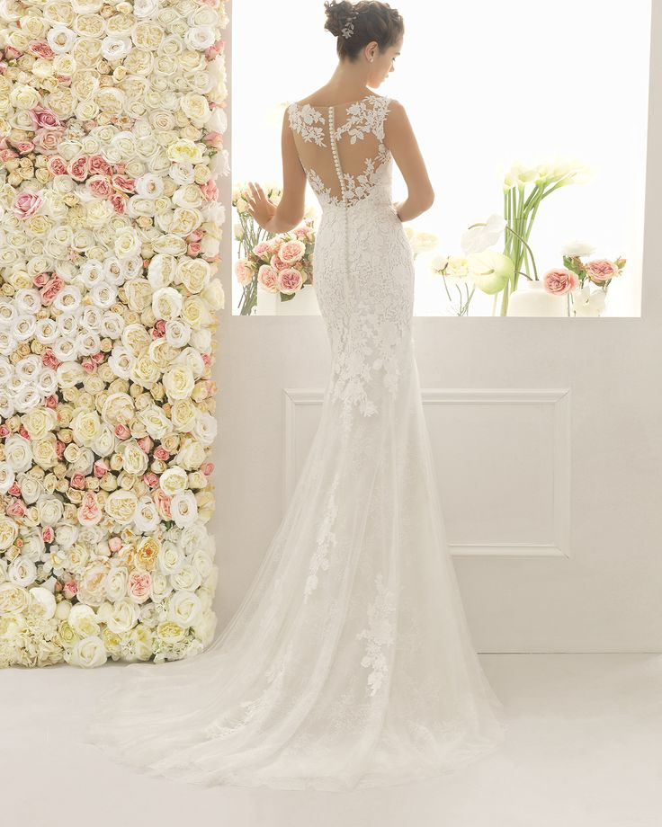 Robe de mariée en guipure et dentelle avec pierreries. Collection 2017 Aire…