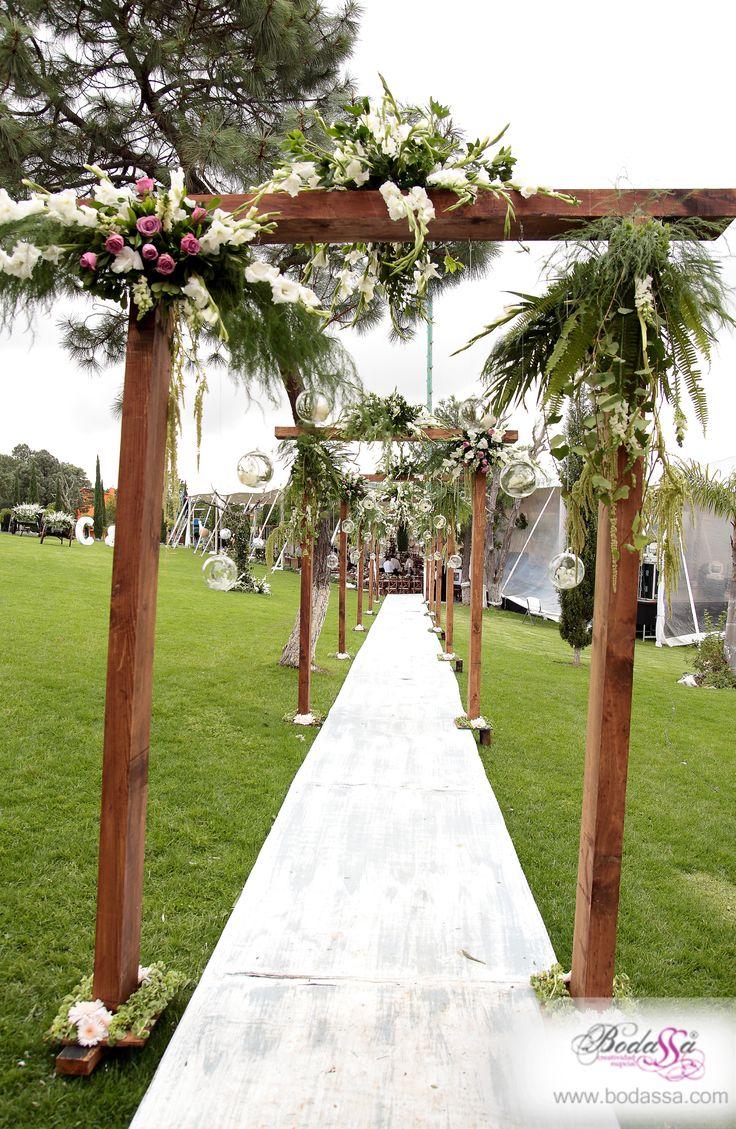 Camino con arcos de madera #BODAS #BODASSA #WEDDINGPLANNER www.bodassa.com