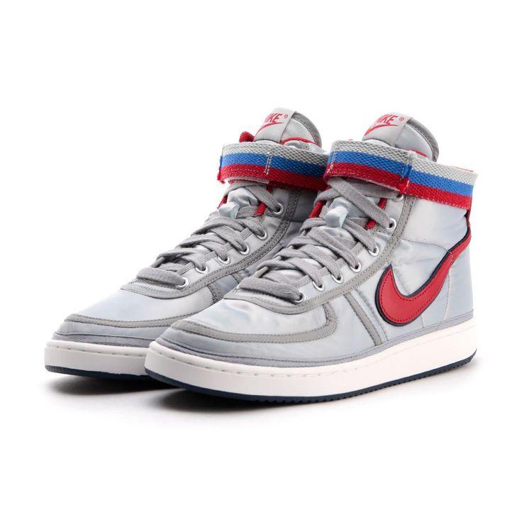 Le produit Nike - Vandal High Supreme QS de couleur METALLIC  SILVER/UNIVERSITY RED de