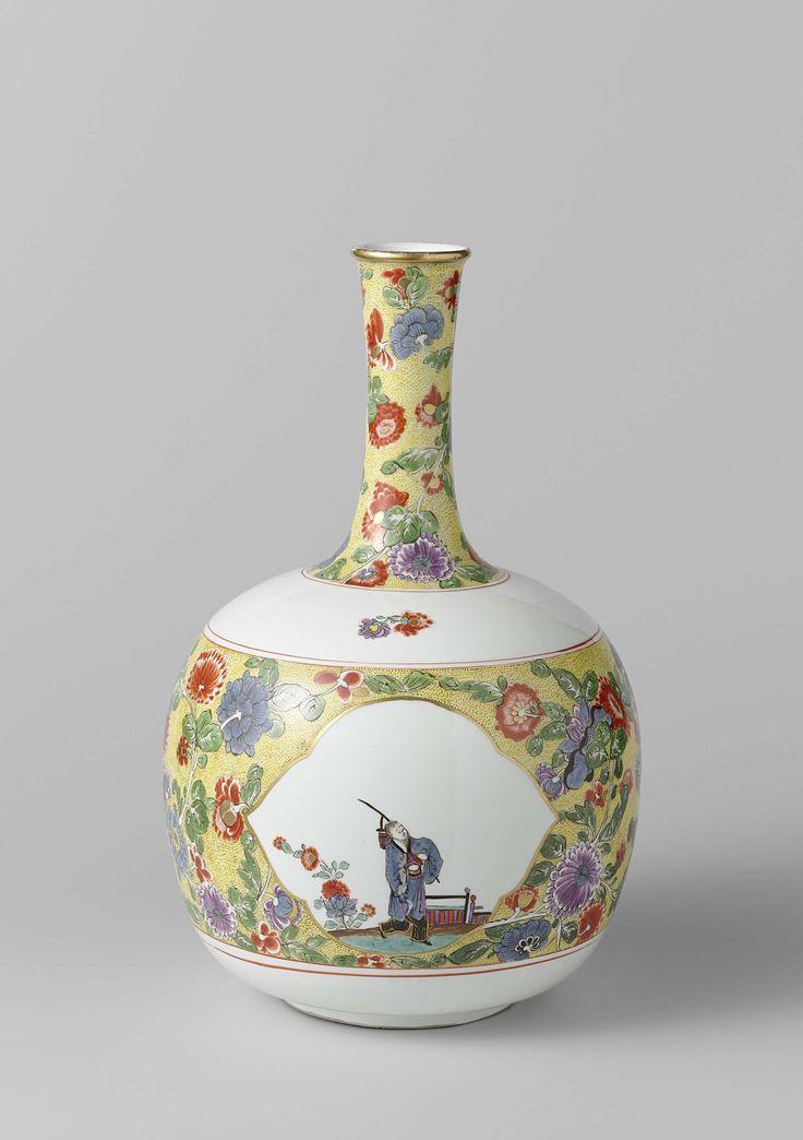Meissener Porzellan Manufaktur   Vase, Meissener Porzellan Manufaktur, Johann Daniel Rehschuh, c. 1730 - c. 1735   Vaas van beschilderd porselein. De vaas heeft een afgeplat bolvormig lichaam en een lange slanke hals. Het lichaam is versierd met een brede band van Indianische Blumen op een bruin gespikkelde gele fond, waarin drie accoladevormige vierpassen met gouden randen zijn uitgespaard. Daarin is steeds een staande Chinees bij bloemen en een hek geschilderd. Ook de hals is versierd met…