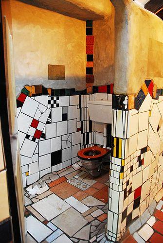 intérieur, toilettes, patchwork de carrelages, Friedensreich Hundertwasser.