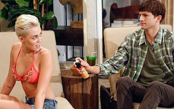 """Novo visual e """"Two and a Half Men""""  E não foi só o noivado que marcou o ano de 2012 pra Miley! Nossa diva radicalizou o visual, cortando o cabelo bem curtinho e o deixando loiro planitado! Miley Cyrus também passou a exibir um corpo de dar inveja e a aparecer cada vez mais sexy e linda, mostrando que aquela menininha de """"Hannah Montana"""" ficou pra trás! +"""