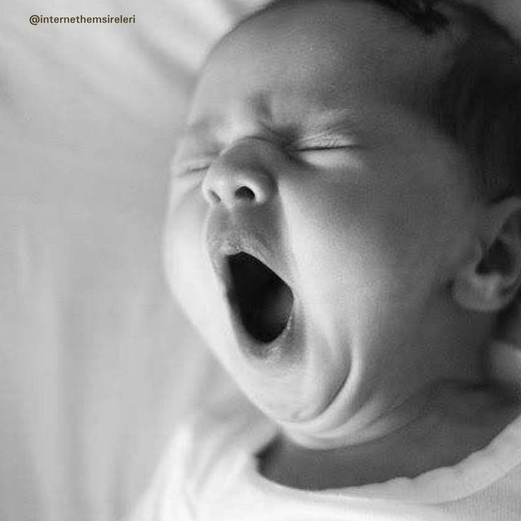 """""""Her esnediginde uyuyabilenler çok şanslı bi de esneyip esneyip uyanık kalmak zorunda olan anneler var iyi geceler #anneolmak #anneoldum #annelik…"""""""