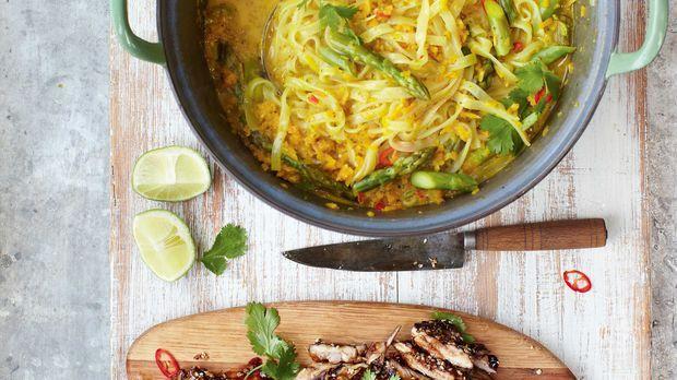 Die Thai-Hähnchen-Laska von Jamie Oliver ist ein wahrer Gaumenschmaus. Die asiatische Suppe ist perfekt für kalte Herbsttage. Hier geht's zum Rezept!