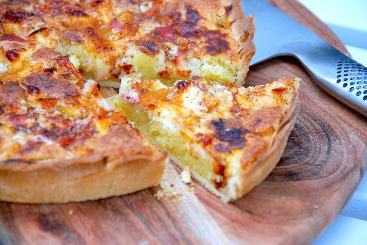 Her får du en lækker opskrift på hjemmebagt æbletærte. Æbletærten laves med en nem linsedej, der er bund til tærten. Derefter fyldes kagen med mazarinmasse og æble, inden æbletærten drysses med sukker, kanel og hasselnødder.  Opskrift