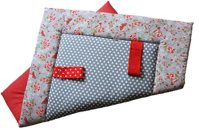 Grijs met vlinders vierkant speelkleed meisje. Boxkleden worden op maat gemaakt door www.ukje.nl