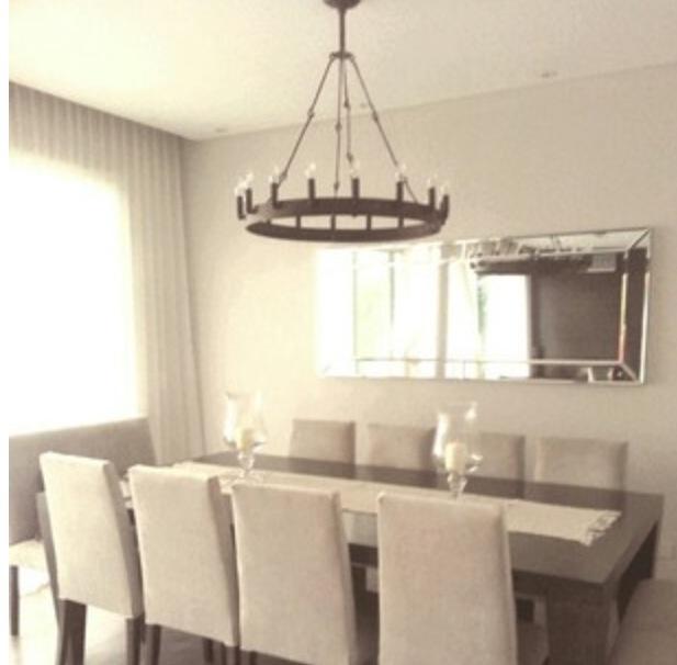 Comedor elegante en Santa Barbara. Todo a medida: mesa, sillas, espejo, cortina dos y lámpara de hierro WD