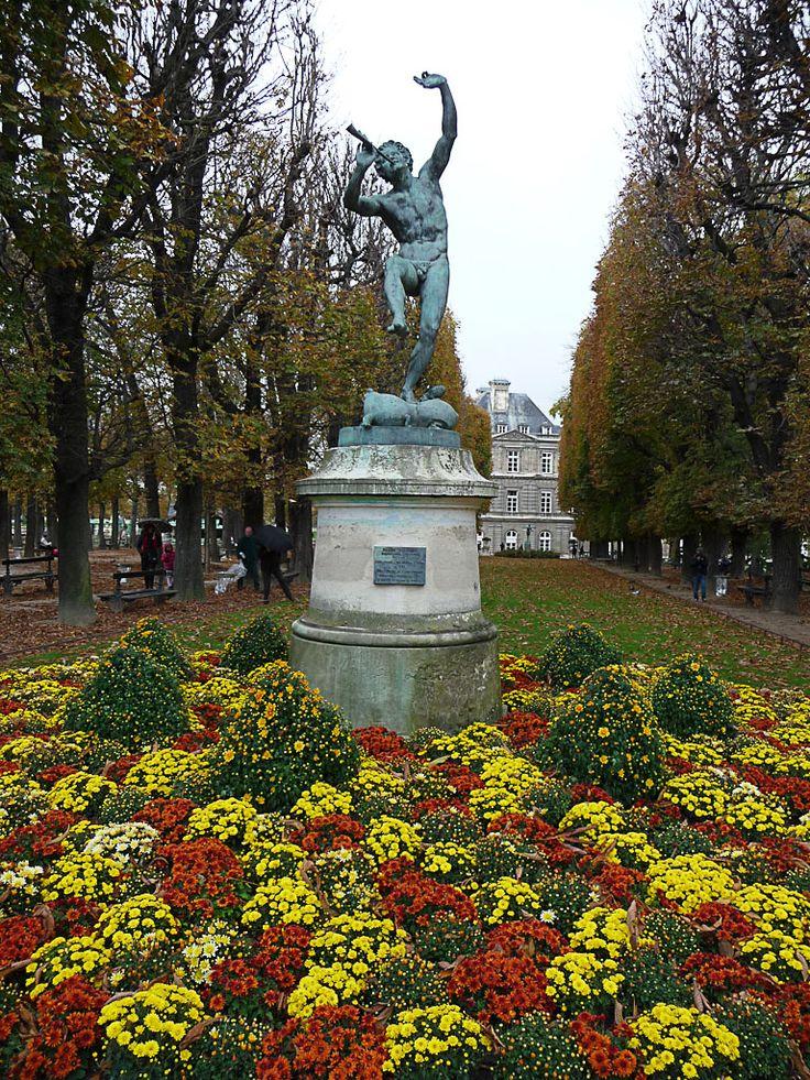 Le faune dansant au dessus des chrysanth mes dans le for Au jardin paris