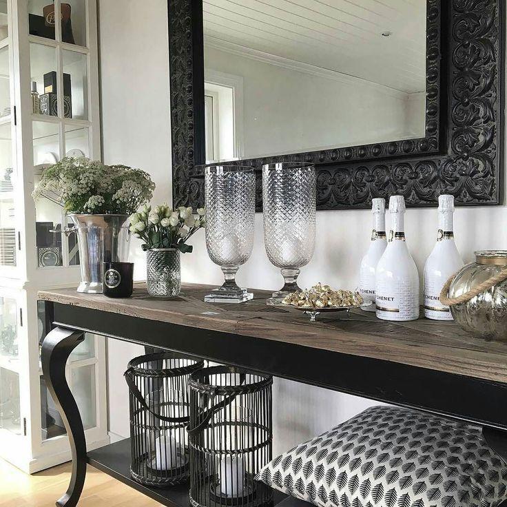 Lekkert som alltid hos #Repost @grofalck  #pariskonsollbord fra @classicliving er endelig på lager igjen. #  Litt ommøbelering pågang ikke ofte det blir gjort her men litt forandring fryder ha en fin Lørdag!  #myhome #decor#interior#inspiration