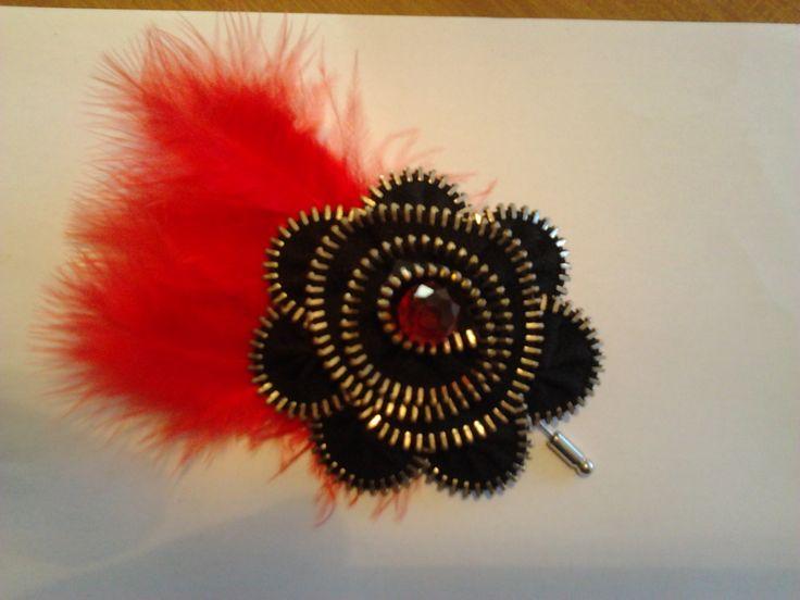 Broche Negro con plumas rojas