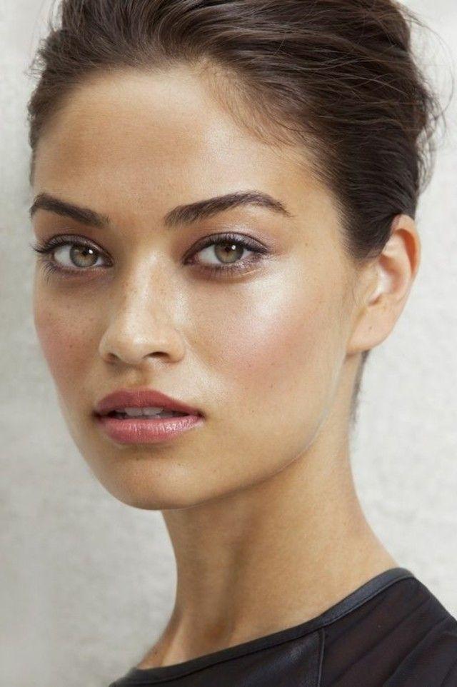 Femme à la peau mate et au maquillage naturel
