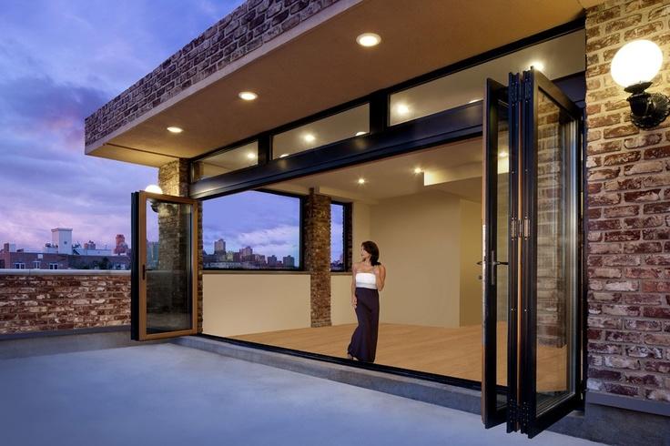 Glazen vouwwanden verlenen elk huis een uniek ruimte en woongevoel. Als ruimteverdeler binnen of als woonruimte-opening naar balkon, terras of tuin, als uitbreiding van uw terrasdak naar de serre of als balkonbeglazing – laat u inspireren door overtuigende voorbeelden voor de toepassing van innovatieve glazen vouwwanden.