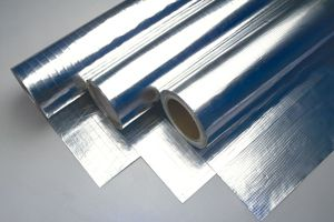 Foil de Aluminio. Hojas delgadas de aluminio que se usan solas o en combinación con otros materiales.   Excelente barrera de vapor y de radiación solar. 90ºC de Temperatura máxima de Trabajo Ligero, maleable, impermeable.
