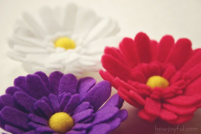 Great Felt Daisy tutorial and pattern! These are so cute. I think you could also make these out of fleece. I think I will add some the a throw I have.
