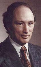 TRUDEAU, Le très hon. Pierre Elliott, C.P., C.C., C.H., c.r., M.A., LL.L., LL.D., M.S.R.C. (1919-2000)   15e Pr. min du Canada (1968-1979 & 1980-1984) - Monarque: Elizabeth II.  Entrée dans le G7; Lancement du Programme énergétique national; Loi sur l'accès à l'information;Loi constitutionnelle;Charte canadienne des droits et libertés;Loi canadienne sur la santé.