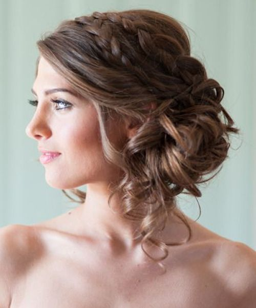 Romantisk og avslappet frisyre med flette og delvis oppsatt hår.