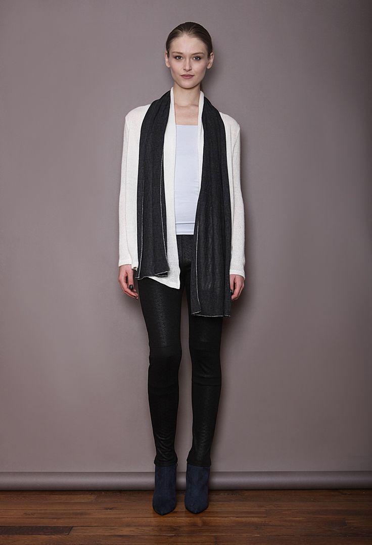 Veste en maille ecrue, écharpe en coton viscose et métal , legging en jersey damassé