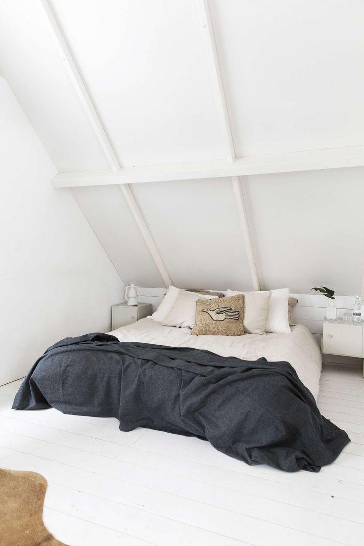 Lichte slaapkamer met zwarte sprei | Bright bedroom with black bedspread | vtwonen 13-2017 | Fotografie Jansje Klazinga | Styling Carolien Manning